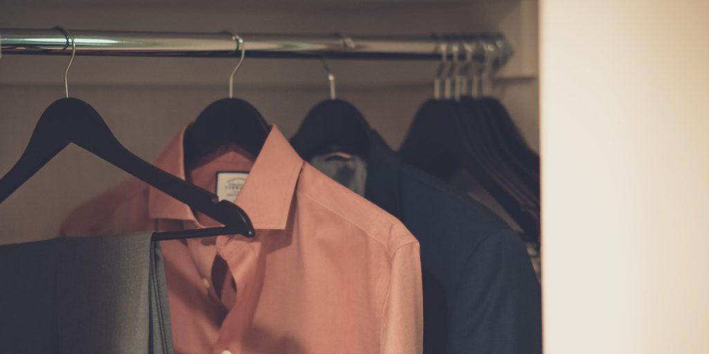 Radzimy, jakie drzwi bÄ™dÄ… najodpowiedniejsze do szafy w twoim salonie
