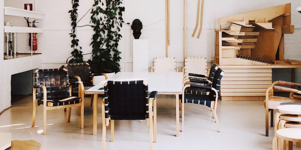 Proponujemy kilka porad mówiących o tym, jak dobrać meble do salonu z antresolą