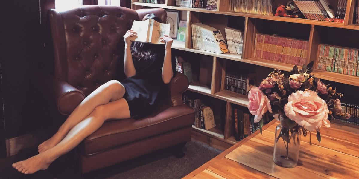 Jaki regał do salonu wybrać, aby najlepiej wyeksponować książki?