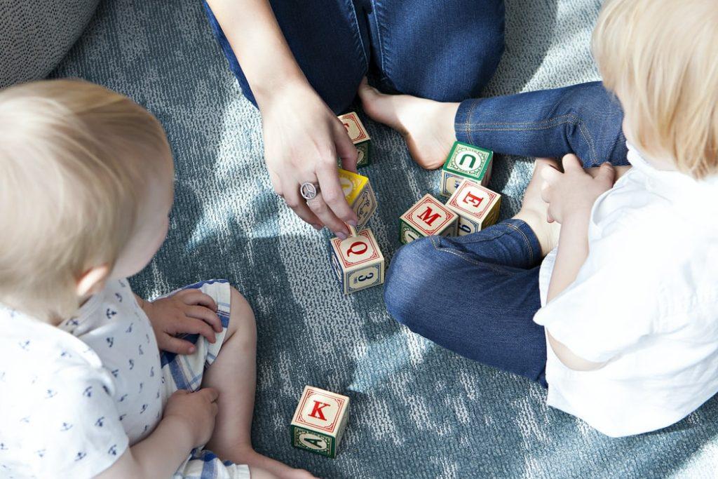 Bezpieczny dziecięcy kącik zabaw na antresoli w salonie - jak go urządzić?